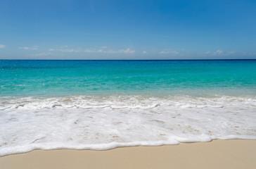 Playa para las vacaciones con olas a la orilla 2