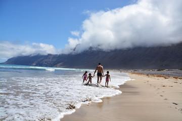 paseando por la playa de famara en lanzarote
