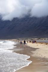 caminando por la playa de famara