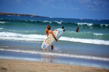 mujer practicando surf