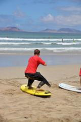surfista practicando sobre la arena