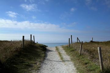 Le sentier qui mène à la plage.
