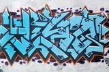 Muro con graffiti, tipica scena urbana - 72544571