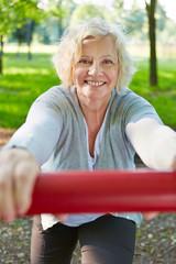 Seniorin macht Sport in der Natur