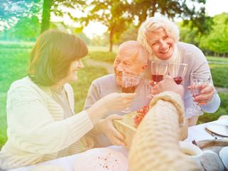 Senioren feiern Geburtstag im Garten