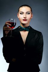 Брюнетка в пиджаке с бокалом вина