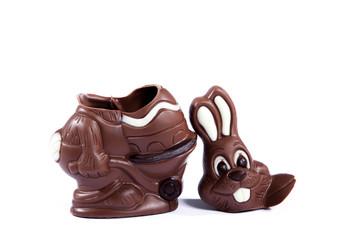 Zerbrochener Schokoladen Osterhase auf weißem Hintergrund