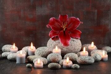 Runde Steine und Kerzen