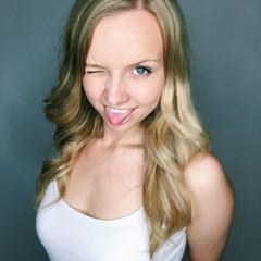Freche Frau streckt Zunge raus