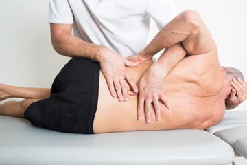 Physiotherapie mit einem älteren Patienten