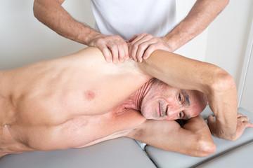 Chiropraktik mit älterem Patienten