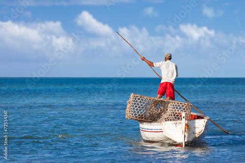 """Leinwandbild Motiv pêcheur rodriguais se déplaçant à la """"gal"""" (perche de bois)"""