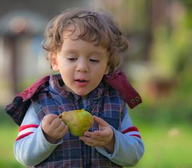 bimbo mangia una pera
