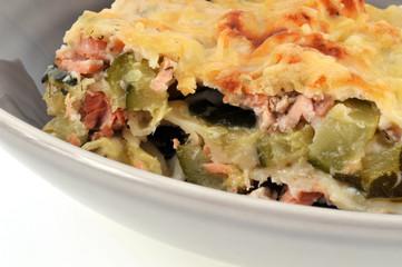 Gros plan sur des lasagnes saumon et courgettes