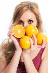 Frau mit Handvoll Orangen