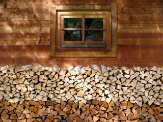 Brennholz und Holzhaus
