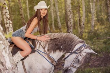 Девушка скачет на белой лошади