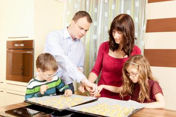 Familie backt Weihnachtskekse in der Küche