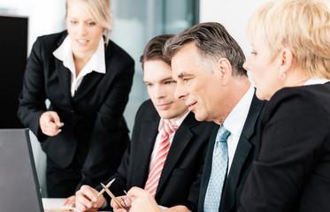 Business - Meeting in Büro mit Team