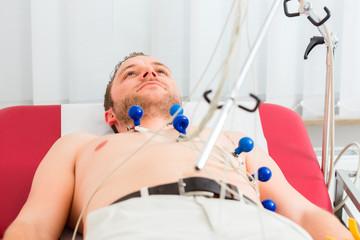 Patient bei EKG in Arztpraxis