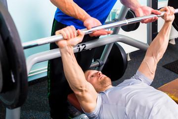 Männer im Fitness Studio mit Langhantel