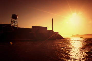 Alcatraz Island mit Golden Gate Brücke im Hintergrund, USA