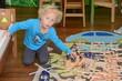 Kleiner Junge spielt im Kinderzimmer