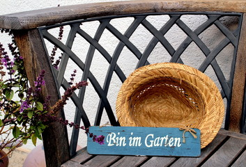 Bin im Garten Hinweis