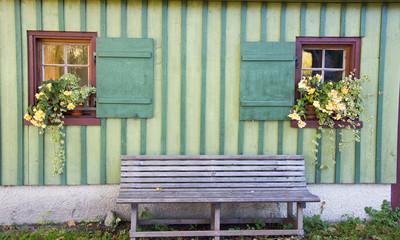 Holzbank vor schöner Hauswand