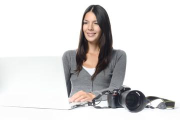 Fotografin betrachtet ihre Bilder am Computer