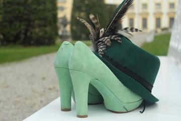 grüne Schuhe mit Hut