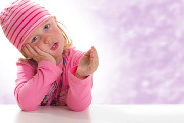 Mädchen stützt sich den Kopf auf - farbiger Hintergrund