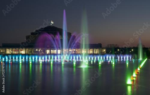 Pokaz fontanny o zmierzchu - 72579759