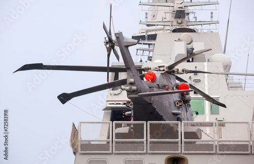 Papiers peints Hélicoptère Helicopter on the Frigata Virginio Fasan