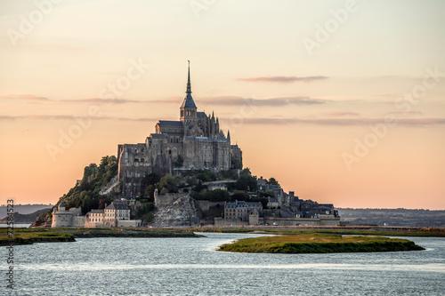 Mont Saint Michele o zmierzchu Francja