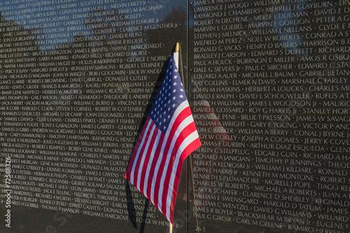 Foto op Plexiglas Historisch mon. US Flag in front of Vietnam Veteran's Memorial Wall