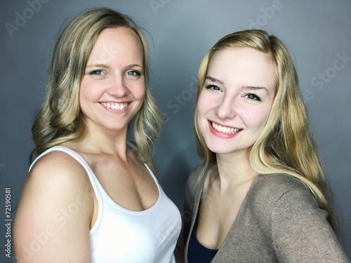 canvas print picture 2 junge Frauen zusammen