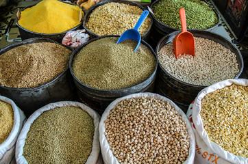Hülsenfrüchte auf arabischem Markt in Marrakesch