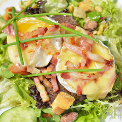 Salad with hot goat cheese, ham and vegetables