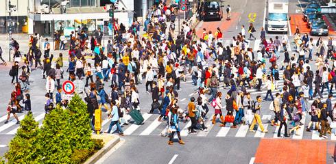 横断歩道を渡る群衆