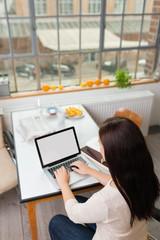 studentin arbeitet am computer
