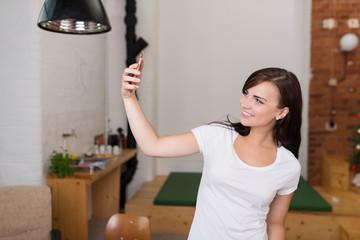 frau macht ein selfie in der wohnung
