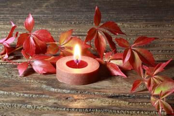 Herbstliches Weinlaub und Kerze
