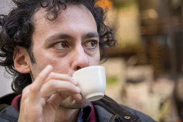 sorseggiare il caffè