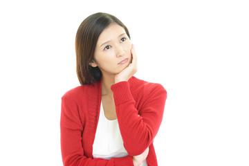 疲れた表情の女性