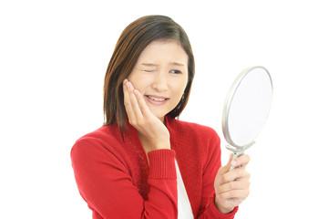 歯の痛みを訴える女性