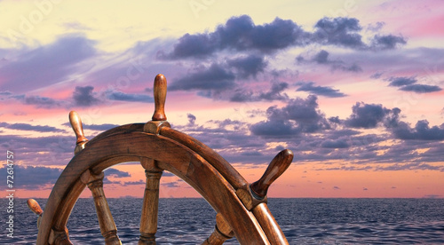 Foto Spatwand Jacht Steering wheel of old sailing vessel