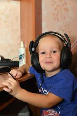 Ребенок, слушающий музыку