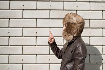 毛皮の帽子をかぶった男性