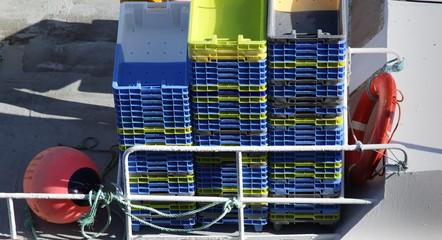 Piles de caisses à poissons.